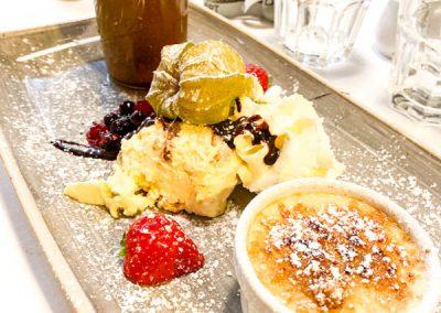 Desservariation - Tiramisu, Panna Cotta, Schokoladenmousse, heißer Schokoladenkuchen im Glas mit flüssigem Kern