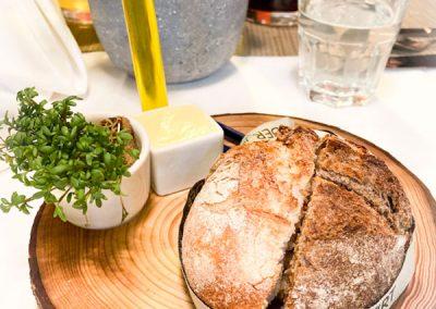 Gedeck - Brot mit gesalzener Butter und Kresse