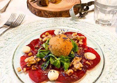 Rote Rüben Carpaccio mit Ziegenkäse Pignoli und Apfel-Vinaigrette